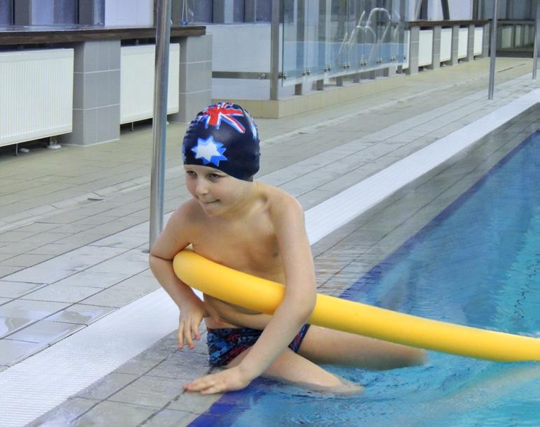 Dziecko uczące się pływać